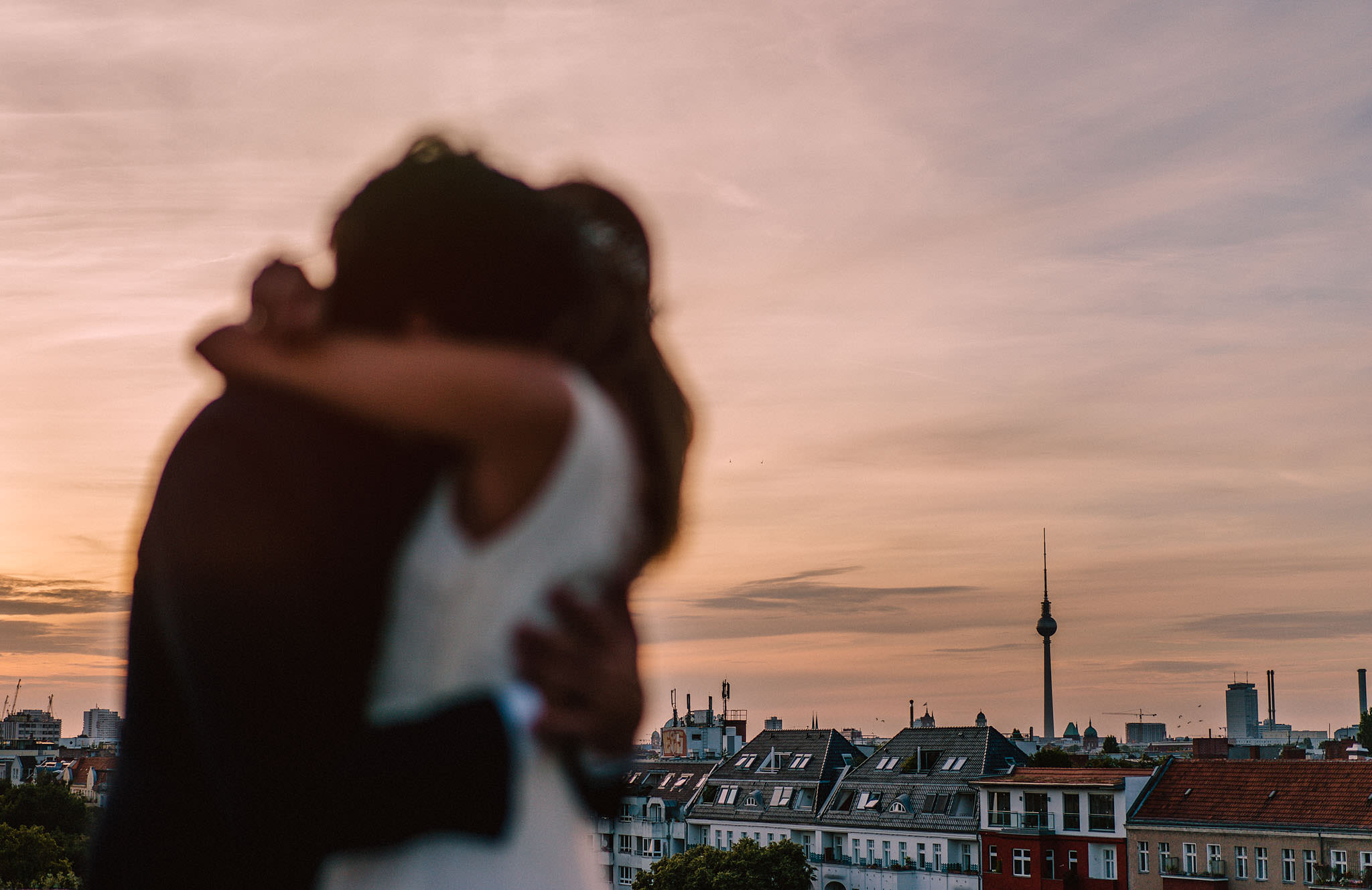 intimate and romantic elopement in berlin rooftop wedding photography